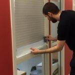 Här monterar vi frostade foliestripes på glas för att öka insynsskyddet utan att minska på ljusgenomsläpp.
